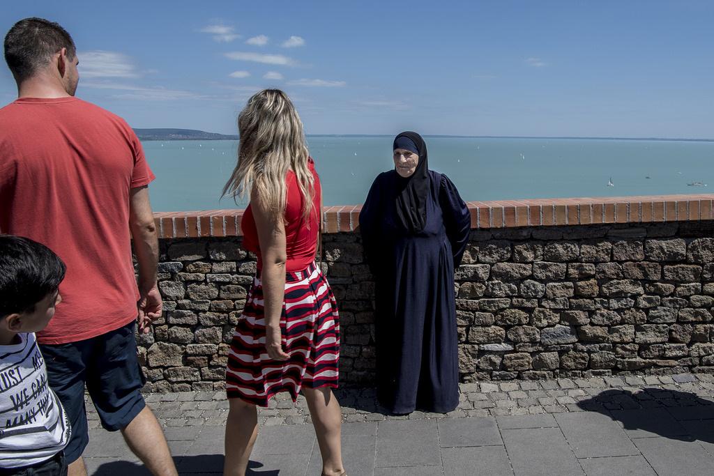 A 82 éves Emine viszont már másodszor jár a Balatonnál, utoljára tíz éve volt, amikor látogatóba érkezett Magyarországra. Négy évvel ezelőtt viszont már nem turistaként jött, hanem a szíriai háború elől menekült három felnőttkorú gyermekével és unokáival.