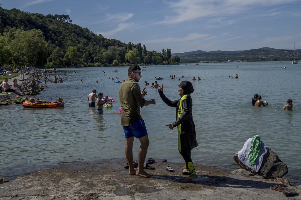 A szomáliai fiú ellentéte az afgán származású Siam, aki születése óta Magyarországon él, és gyakran jár el strandokra. A 18 éves fiú most is a fürdést várta a legjobban, őt egyáltalán nem zavarták a fürdőruhás lányok, a legszívesebben röplabdázott volna.