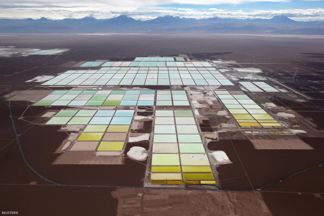 Egy chilei lítiumbánya lepárlótavai az Atacama sivatagban.