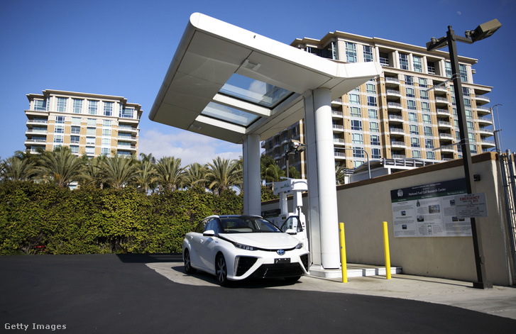 Üzemanyagcellás autó egy hidrogén töltőállomáson Japánban.