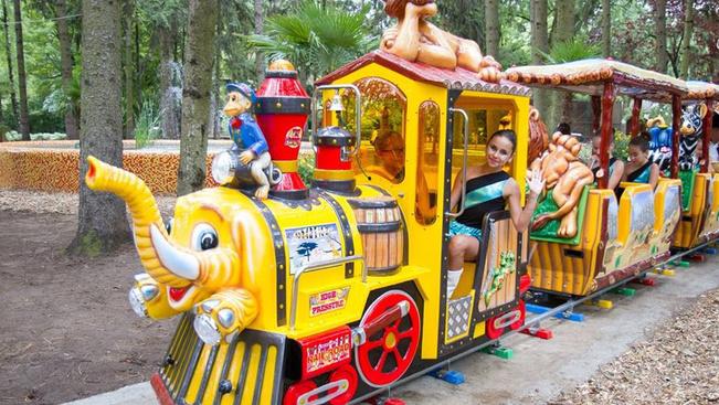 Színes szafari vonat indult a debreceni állatkertben