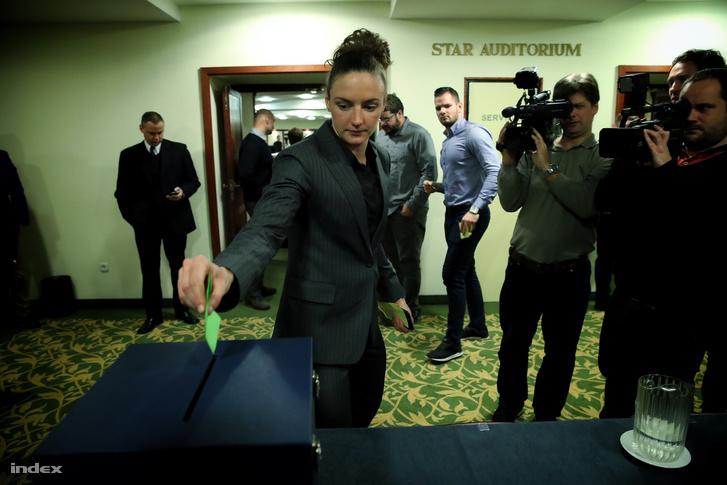 Hosszú Katinka leadja a szavazatát a Gyárfás Tamás lemondás után összehívott közgyűlésen.