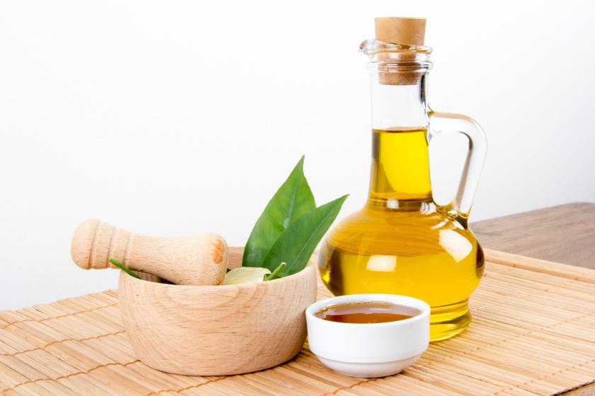 Keverj össze egy evőkanál olívaolajat ugyanennyi ricinusolajjal, majd adj hozzá két evőkanál mézet is. Kend a sarkadra, húzz rá zacskót, majd egy zoknit, és hagyd így egész éjszakára.