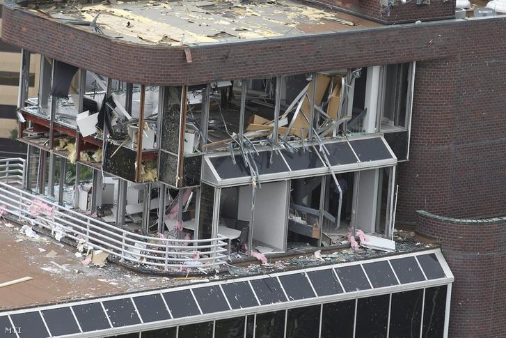Irodaház épületet Tulsában a tornádó elvonulása után