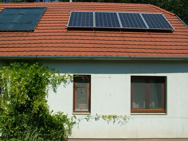 Egy házi készítésű napkollektor (balra) és a négy napelem (jobbra)
