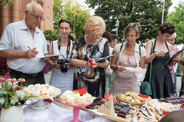 Komoly munkában a zsűri a tavalyi fesztivál alatt megrendezett pogácsák és sütemények versenyén
