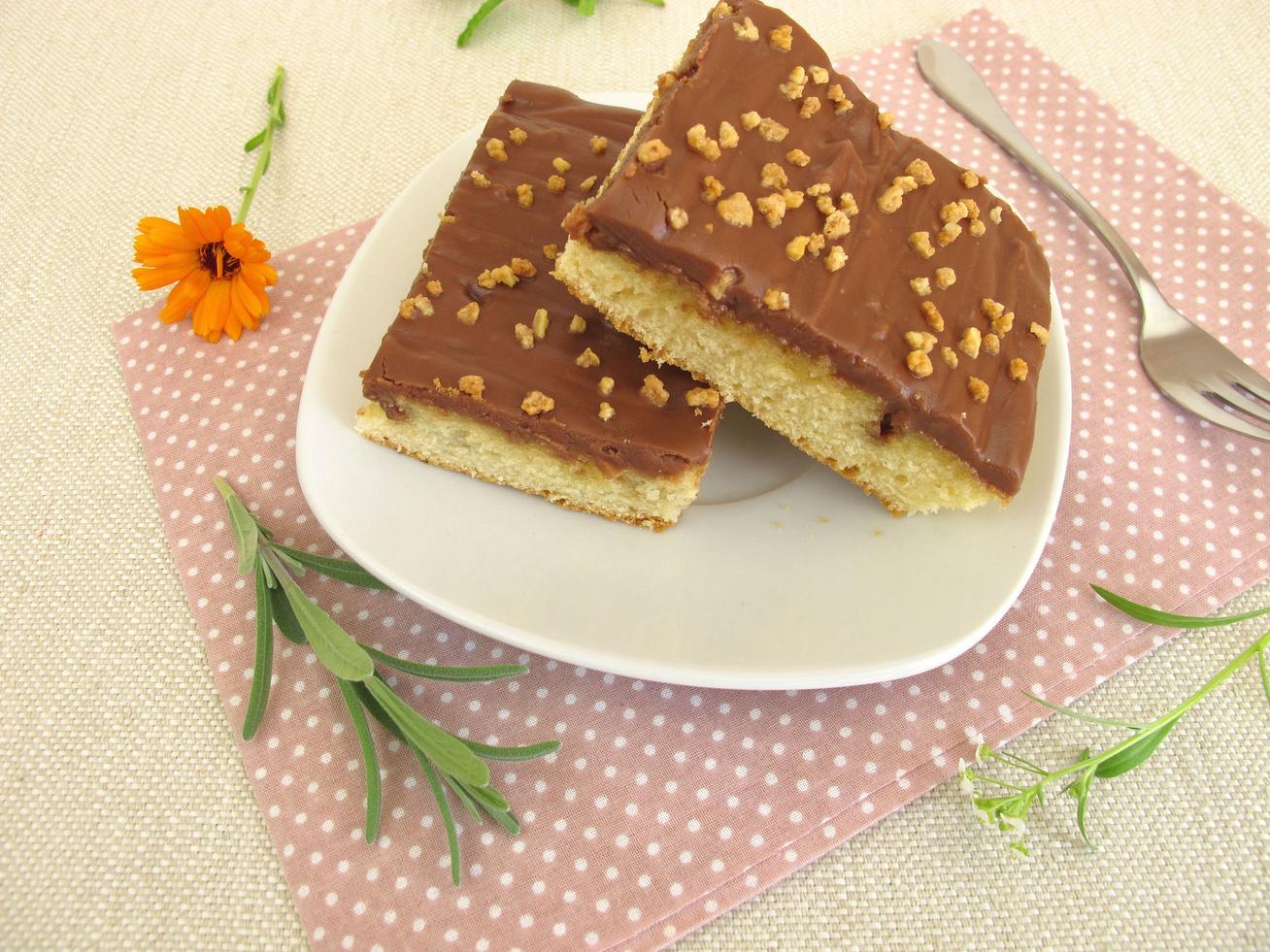 Pillekönnyű vizes piskóta házi csokikrémmel - Egyszerű receptet mutatunk