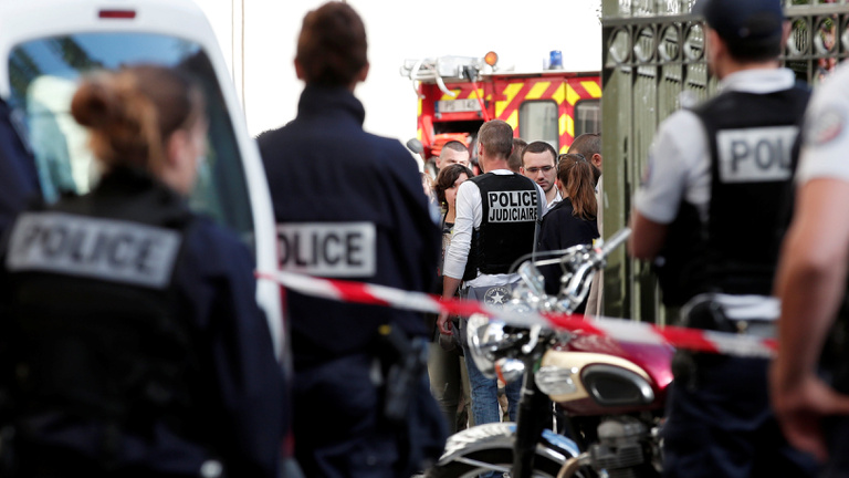 Katonákat gázolt el egy autó Párizsban, a támadót lövöldözés után elfogták