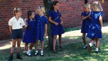 Kötelező egyenruhát adnak a szerb iskolásokra