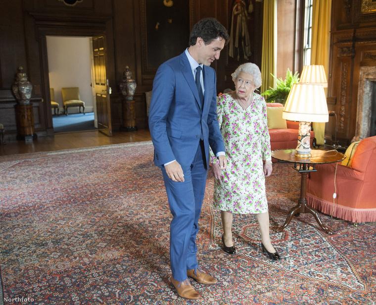 Ne taperolja!A kézrázás után ne fogdossa tovább a királynőt! A protokoll szerint a kézfogást is Erzsébetnek kell kezdeményeznie, ez után pedig a testi kontaktust a minimumra kell szorítani