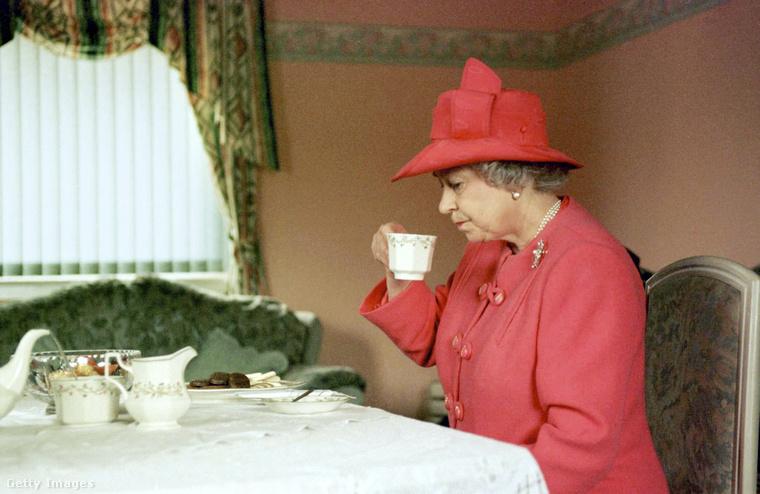 Ne szürcsölje a teáját!A végére hagytuk ezt az evidensnek tűnő, ám mégis nagyon fontos szabályt: ha a királynővel teázik, akkor úgy kell elfogyasztania az italt, ahogy ő teszi