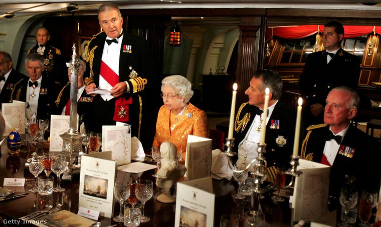 Ne kezdjen el előtte enni!Ha annyira szerencsés, hogy a királynő vacsorára hívta meg, akkor is van egy rossz hírünk: teljesen mindegy, hogy mikor kerülnek ki a jobbnál jobb ételek az asztalra, amíg Erzsébet nem akar enni, addig másnak se szabad
