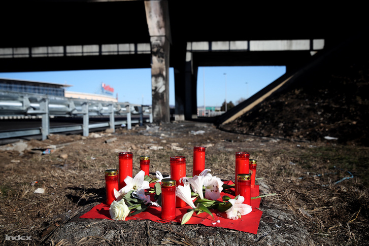 Mécsesek és virágok a baleset helyszínén, 2017. január 22-én