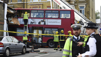 Busz rohant egy kirakatba Londonban, tízen megsérültek