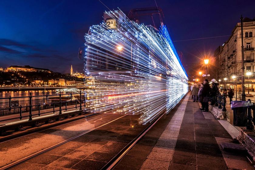 Az olvasók Varga Viktor fotóját szavazták a lista első helyére. A kép a karácsonyra kivilágított budapesti fényvillamosról készült.
