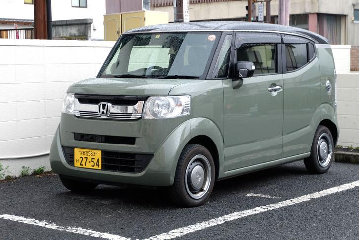 Kedvencem talán az összes közül a Honda N/, Japán legkelendőbb kei-autójának, az N Boxnak a funky alváltozata. Kamionszerű orr, kupészerű oldalablakok, fémdísztárcsás kerekek, brutál hűtőszekrény-oldalak és 177 centi magas - a kei-limit egyébként két méter, tehát jönnek szerintem még érdekességek a témában. Iszonyatos benne a lábtér hátul, S-Mercedesnyi, belekukucskáltam