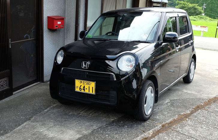 Honda N-One. 2011-ben a Tokiói Autószalonon megbabonázva néztem a koncepcióautó-standon, és busongtam, hogy biztosan nem merik elkészíteni ezt a régi-régi N360-asra rendkívül hasonlító járművet. De el merték, 2012-ben piacra is dobták, ám tény, hogy fehérben és három ajtóval sokkal jobban néz ki