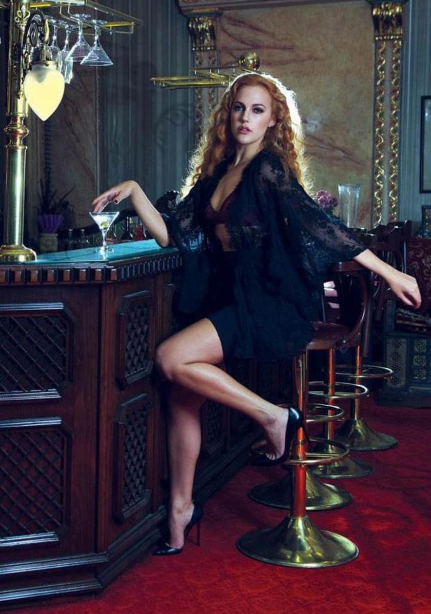 A GQ magazinnak készült ez a szexis fotó, amin a színésznő melltartóban és csipkés köntösben koktélozik.
