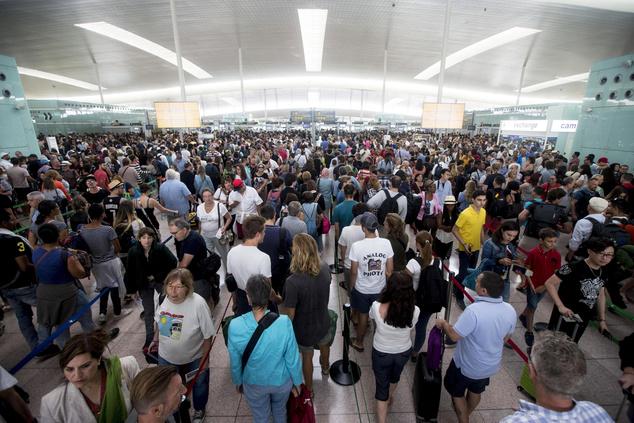 Akár órákon át kénytelenek várakozni az utasok