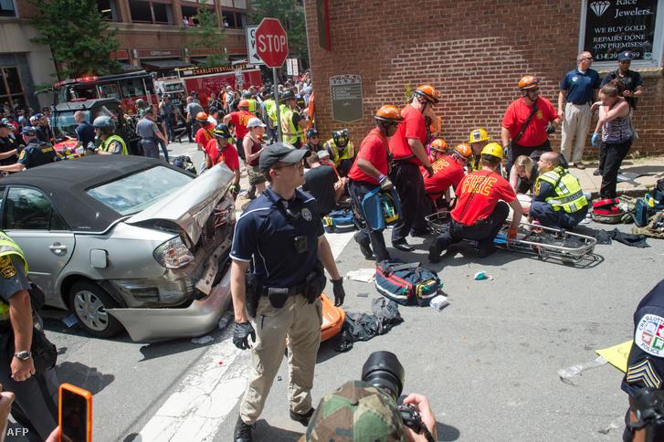 A tüntetésen akkor szabadult el a pokol, amikor egy autó az emberek közé hajtott.