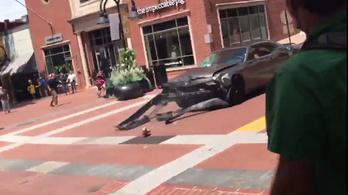 Videón, ahogy a kocsi antifasiszta tüntetők közé hajt Charlottesville-ben