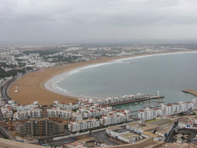 Agadir látképe a kasbah-ból. A hatalmas strandon nem lesz zsúfoltság