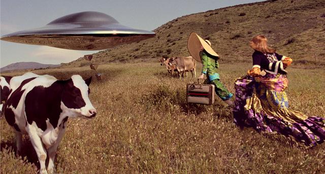 Ki tudja hova visz, de nem szeretnék lekésni a repülő csészealjat a tehén mellett rohanó Gucci modellek.