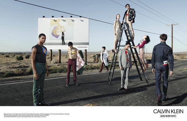 Egyes kritikusok Michelangelo Antonioni munkásságát vélik felfedezni a kissé apokaliptikusra sikeredett Calvin Klein kampányban.
