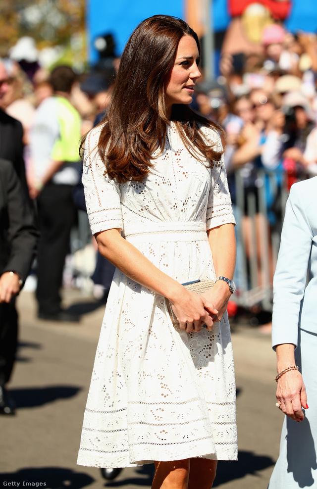 Katalin hercegné egy 2014-es húsvéti eseményre vette fel a márka klasszikus szabású csipke egyrészesét Sydneyben.