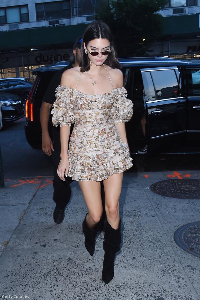 Kendall Jenner csizmával kombinálta a márka által tervezett fodros, vállvillantós miniruhát New Yorkban.