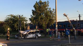 Vonattal ütközött egy személyautó Budapesten