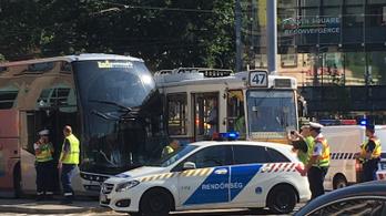 Turistabusz ütközött egy villamosnak a Kálvin téren