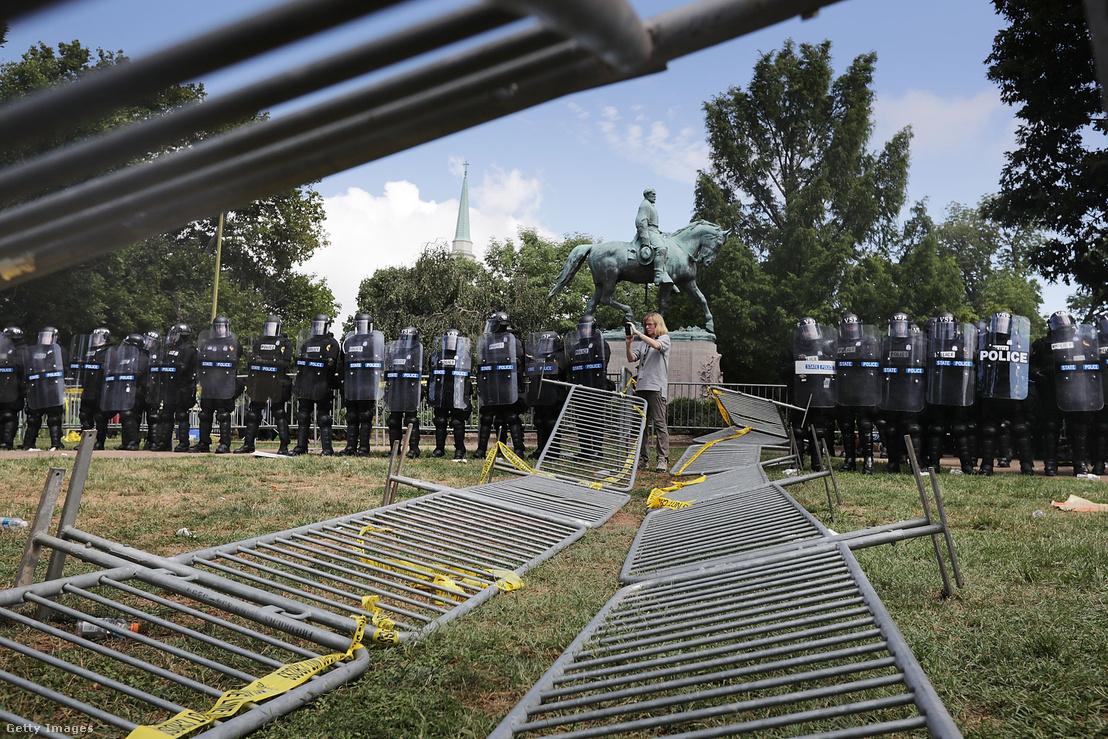 A szóbanforgó szobor előtte rendőrsorfallal.