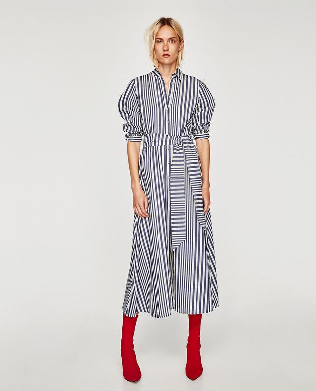 Idén leginkább kék-fehérben megy a csíkos. Ezt a Zara ruhát (12.995 forint) egy piros zoknicsizmával még ősszel is bátran hordhatod.
