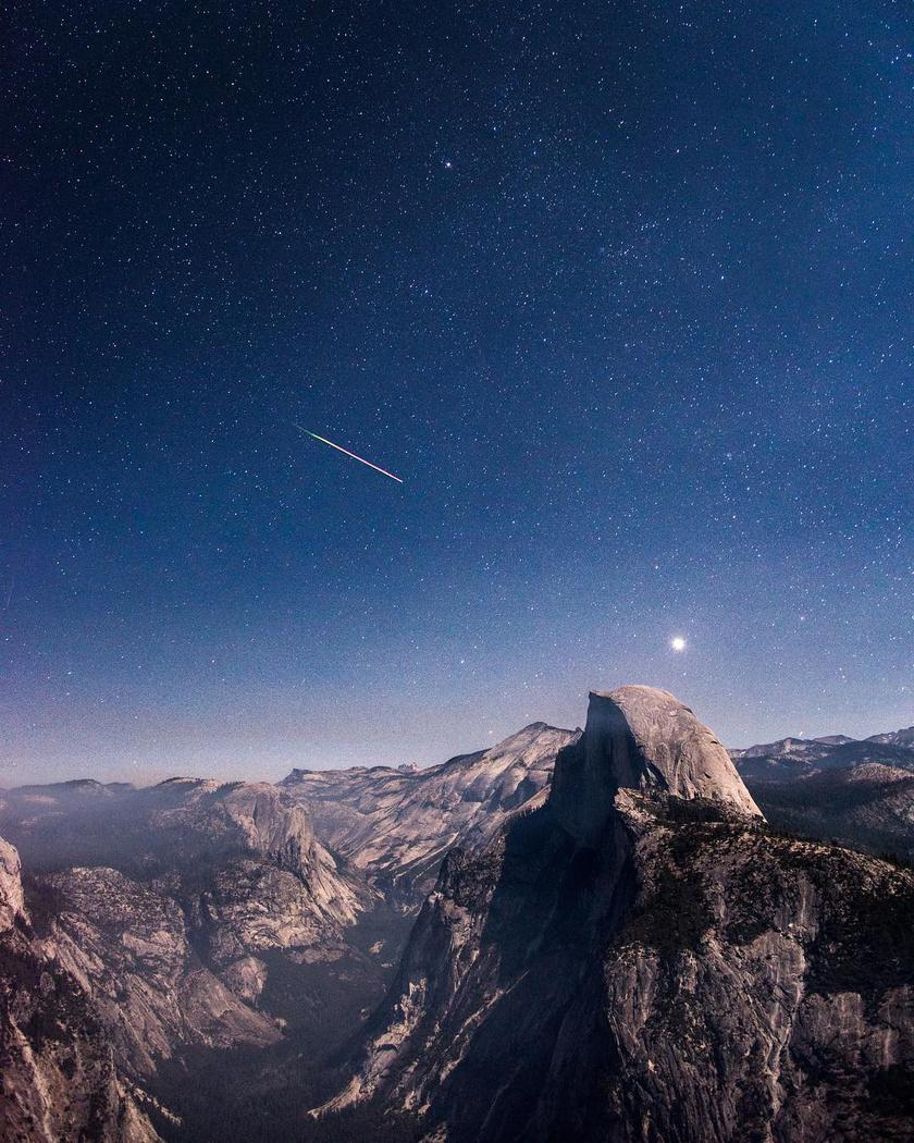 Hullócsillag a kaliforniai Yosemite Nemzeti Park felett, a Glacier Point felől.