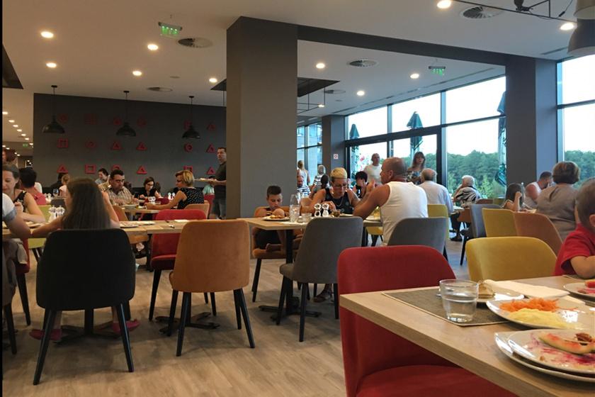Az étterem elég tágas a sok vendégnek