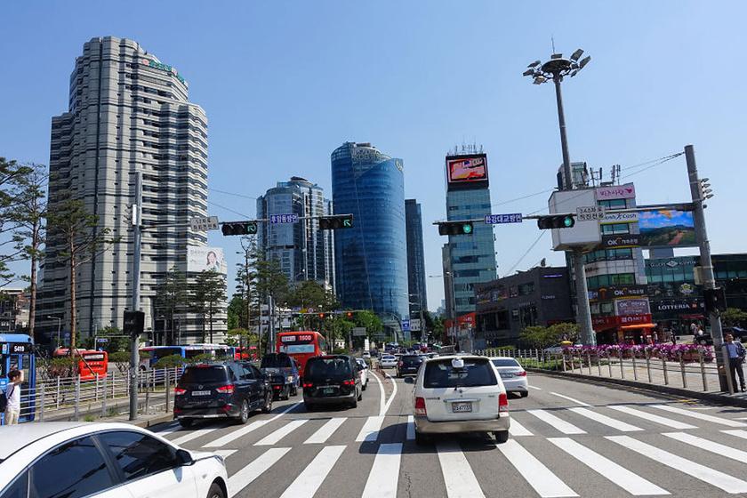 Dél-Koreában az utak forgalmasak, a városok beépültek.