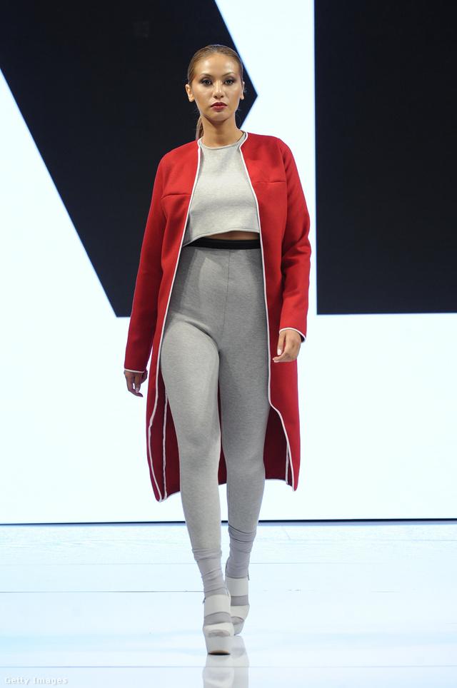 Nem sokat dob a piros kabát ezen a köldökig felhúzott egérszürke leggingsen és haspólón.