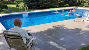 Egy 94 éves bácsi megunta a magányt, ezért épített egy uszodát a kertjében