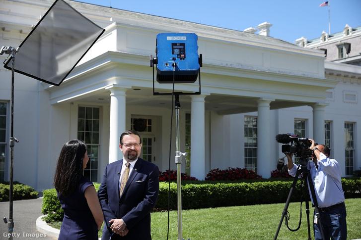 Gorka Sebestyén terrorizmus-ellenes tanácsadó ad televíziós interjút a Fehér Ház előtt 2017. június 9-én