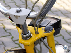 Vékony villahíd, kerékpár kormánycsapágy.                             Könnyű, de elég merev.