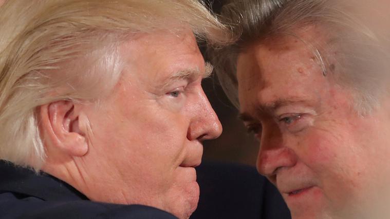 A kibaszott gépezetével indul harcba Trump távozó főstratégája