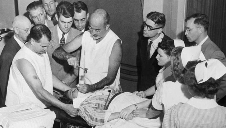 Walter Jackson Freeman lobotómiát végez egy betegen