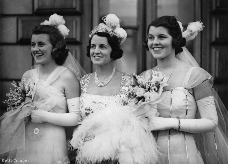 Rose Elizabeth Fitzgerald, mellette két lánya: balra Katlhleen, jobbra Rosemary Kennedy. A fotó 1938-ban készült, amikor a nők a brit királyi párral találkoztak.