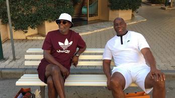 Samuel L. Jackson és Magic Johnson leült egy toszkánai padra – és lemigránsozták őket