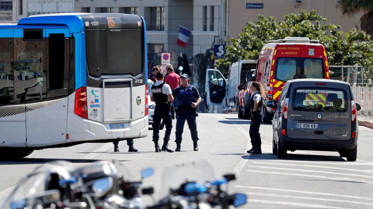 Két buszmegállóba hajtott egy autó Marseillben