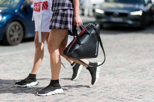 A régi síelős táskákra emlékeztető fazont a Balenciaga hozná divatba 2017-ben.