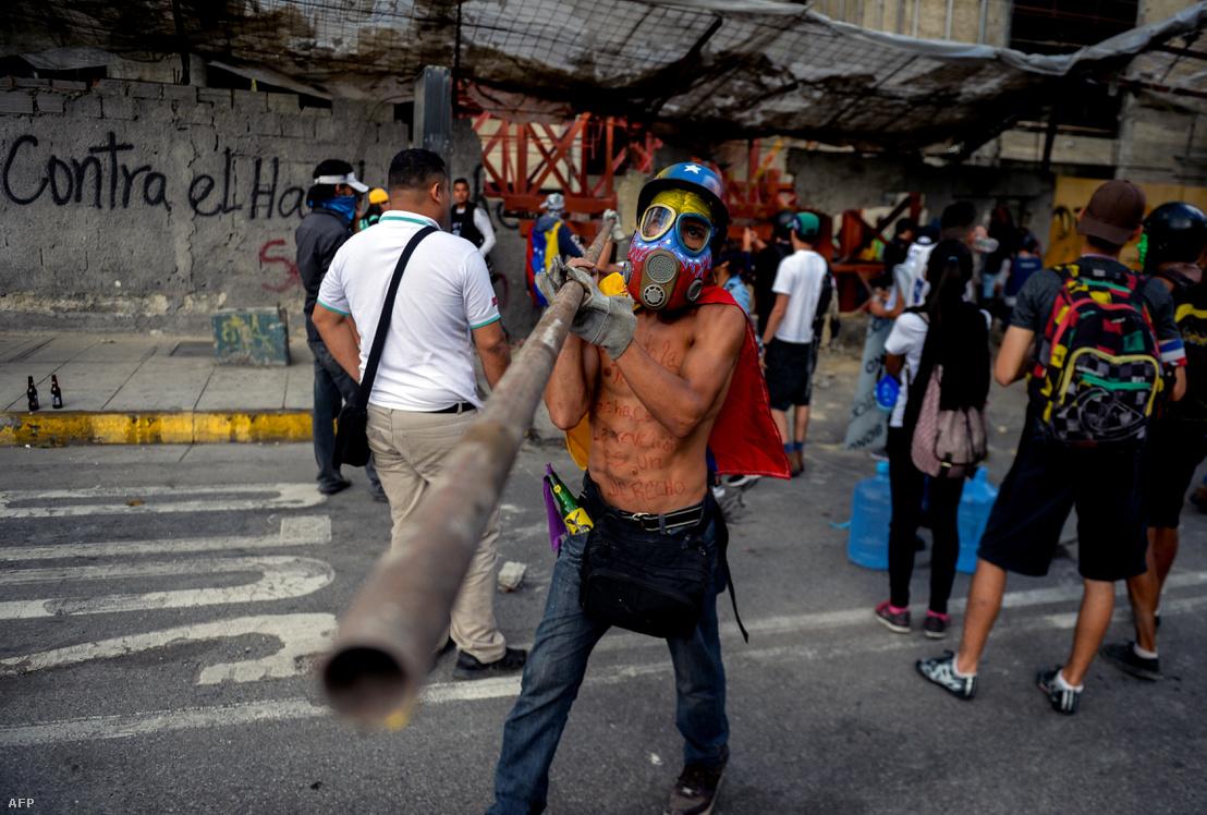 Tüntetők az utcán Caracasban, az alkotmánymódosítás szavazása előtti napokban.