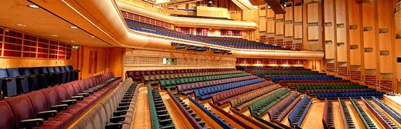 A Barbican nagyterme (London). Na, így nem kell koncerttermet építeni.