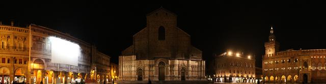 Bologna főterének éjszakai látképe, középen a San Petronióval - a téren rengeteg turista szokott egyidőben tartózkodni